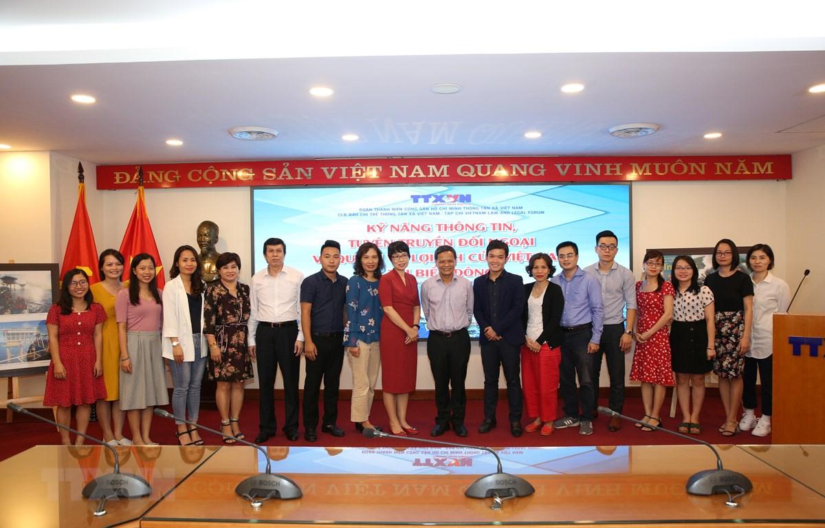 Các vị khách mời diễn giả chụp ảnh chung với lãnh đạo và đoàn viên thanh niên TTXVN tại buổi tọa đàm. (Ảnh: Dương Giang/TTXVN)