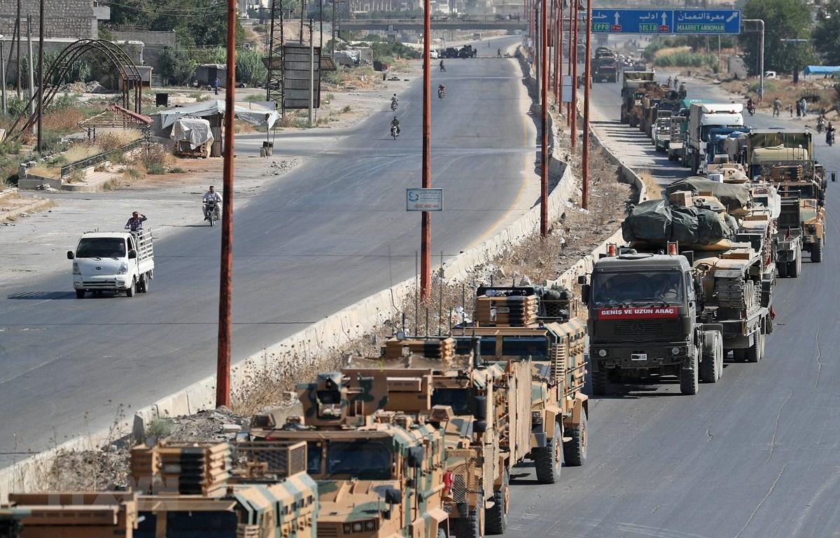 Đoàn xe quân sự của Thổ Nhĩ Kỳ tiến vào thị trấn Khan Sheikhun, tỉnh Idlib ở phía Bắc Syria ngày 19/8/2019. (Nguồn: AFP/TTXVN)