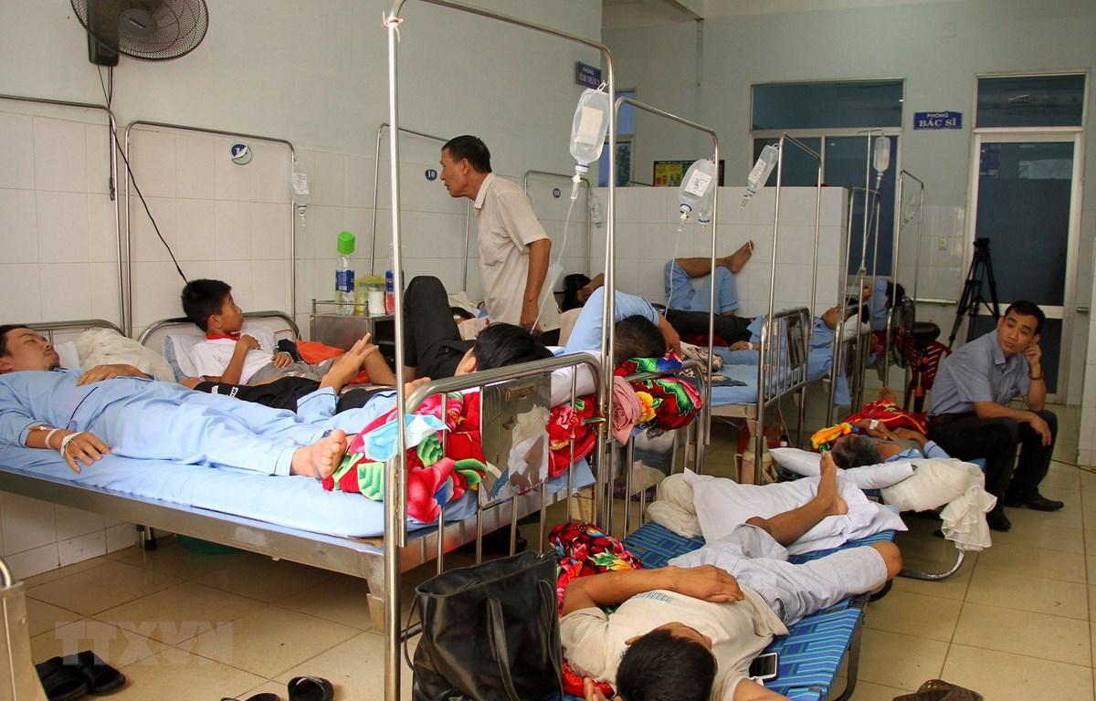 Các bệnh nhân sốt xuất huyết phải nằm ghép giường do quá tải. (Ảnh: Văn Tý/TTXVN)
