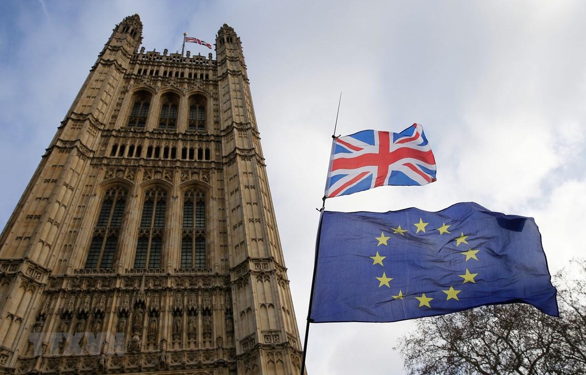 Ảnh tư liệu: Quốc kỳ Anh (phía trên) và cờ Liên minh châu Âu (phía dưới) bên ngoài tòa nhà Quốc hội Anh ở London. (Nguồn: THX/TTXVN)