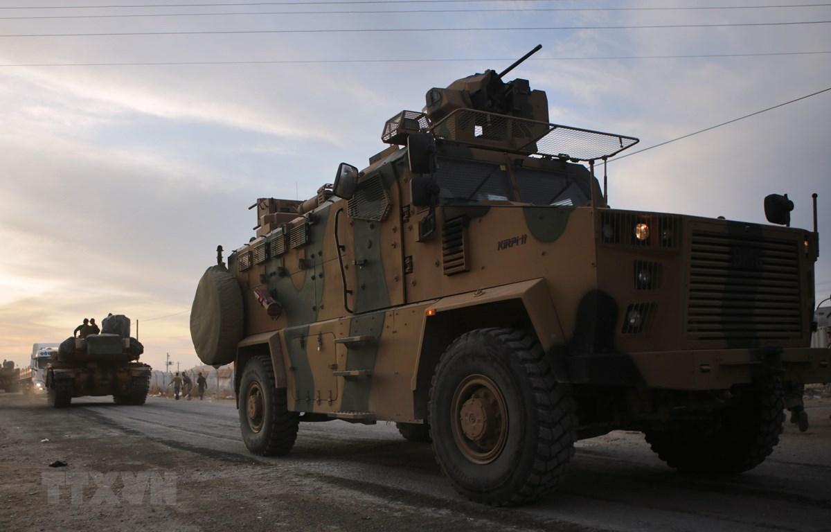 Xe quân sự của Thổ Nhĩ Kỳ gần khu vực làng Akcakale dọc biên giới với Syria ngày 11/10. (Nguồn: AFP/TTXVN)