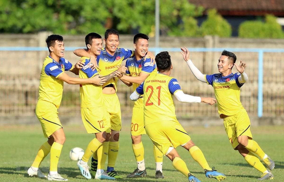 Các cầu thủ đội tuyển Việt Nam tích cực tập luyện và tự tin trước trận đấu với đội tuyển Indonesia. (Ảnh: Hoàng Linh/TTXVN)