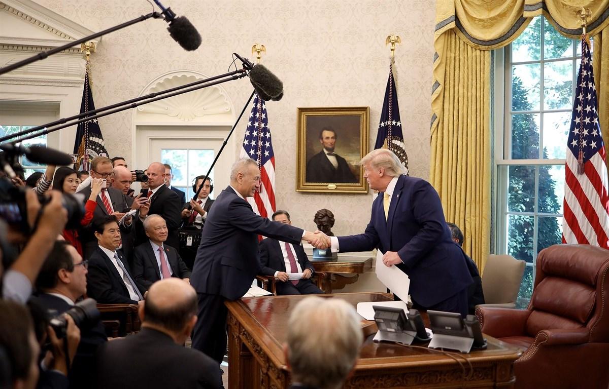 Tổng thống Mỹ Donald Trump gặp Phó Thủ tướng Trung Quốc Lưu Hạc tại Nhà Trắng, ngày 11/10. (Nguồn: Getty Images)