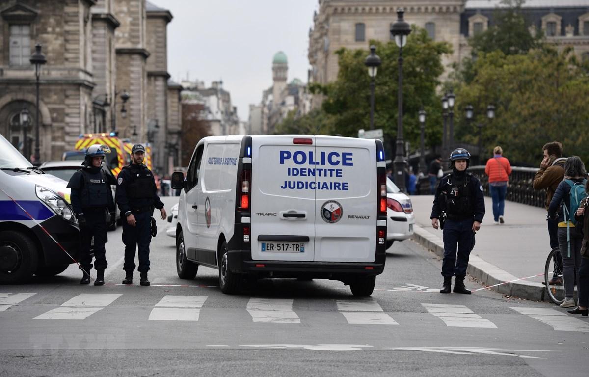Cảnh sát được triển khai tại hiện trường vụ tấn công cảnh sát bằng dao ở Paris, Pháp ngày 3/10/2019. (Nguồn: AFP/TTXVN)