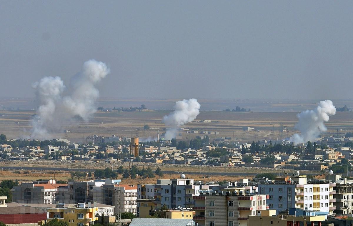 Khói bốc lên từ thành phố Ras al-Ain (Syria) sau cuộc tấn công của Thổ Nhĩ Kỳ nhằm vào lực lượng người Kurd, ngày 12/10/2019. (Nguồn: THX/TTXVN)
