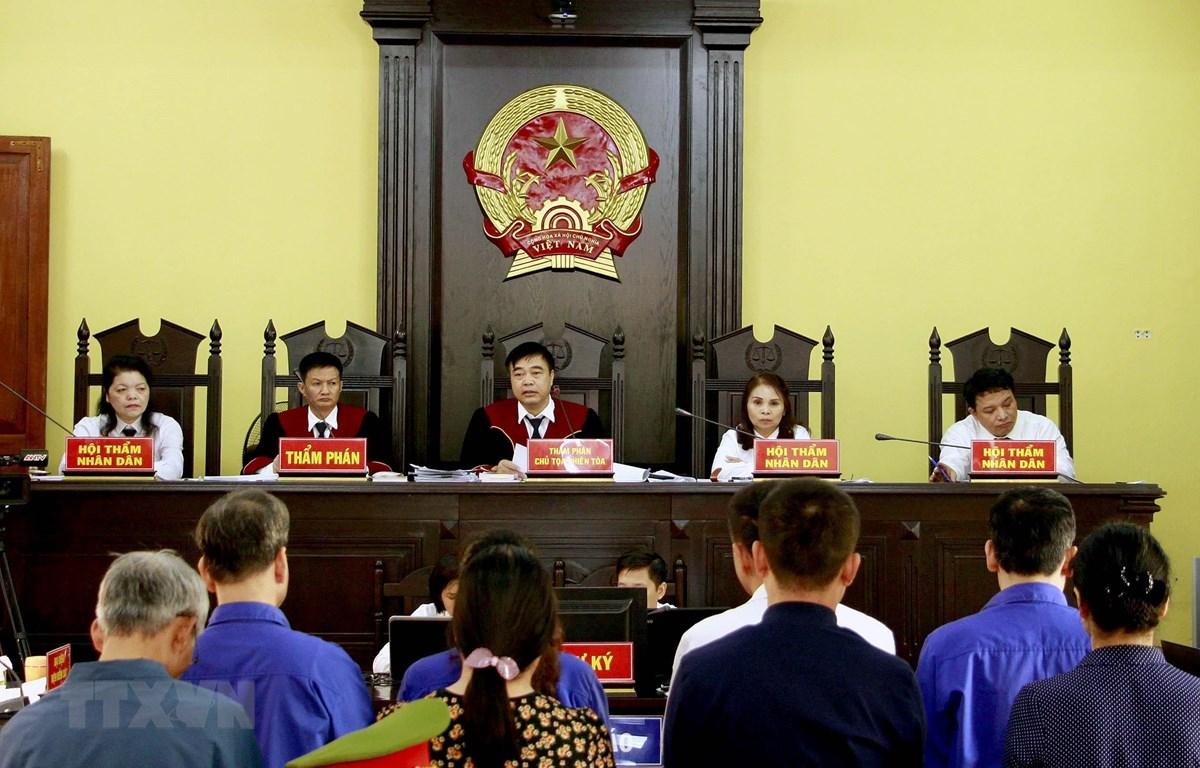 Quang cảnh phiên xét xử sơ thẩm sáng 15/10. (Ảnh: Quang Quyết/TTXVN)