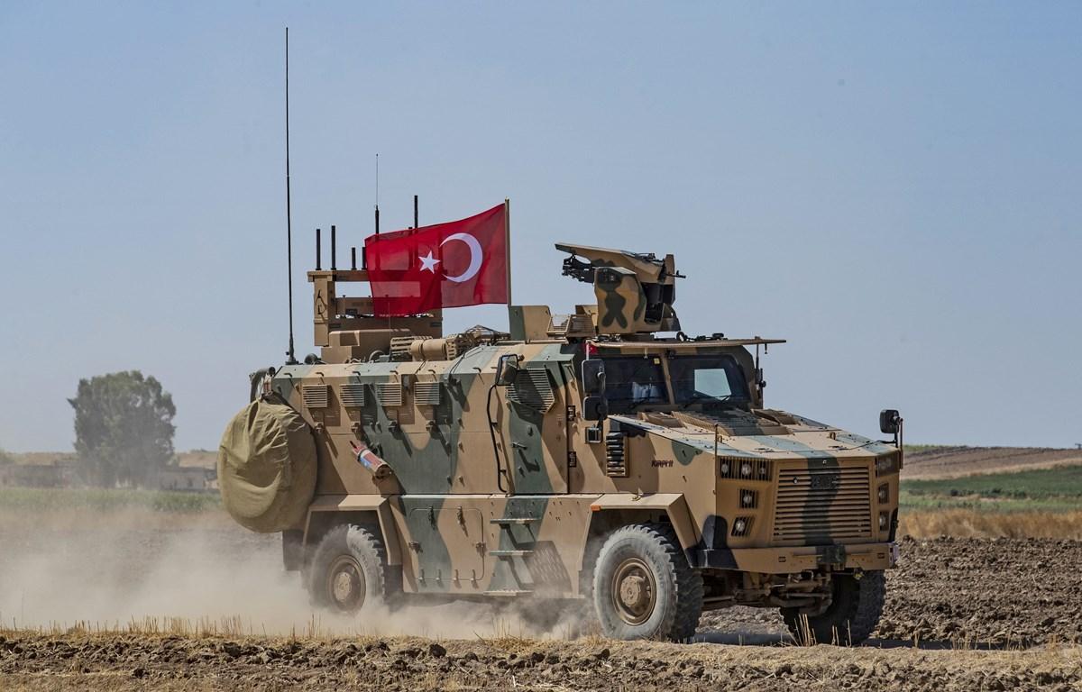 Quân đội Thổ Nhĩ Kỳ tuần tra tại thị trấn Tal Abyad dọc biên giới giữa Syria và Thổ Nhĩ Kỳ. (Nguồn: AFP/TTXVN)