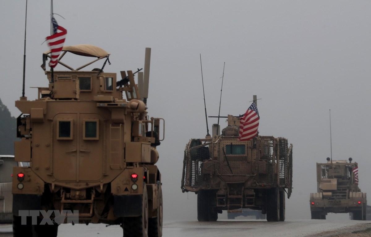Đoàn xe quân sự của Mỹ di chuyển tại thành phố Manbij, miền Bắc Syria. (Nguồn: AFP/TTXVN)