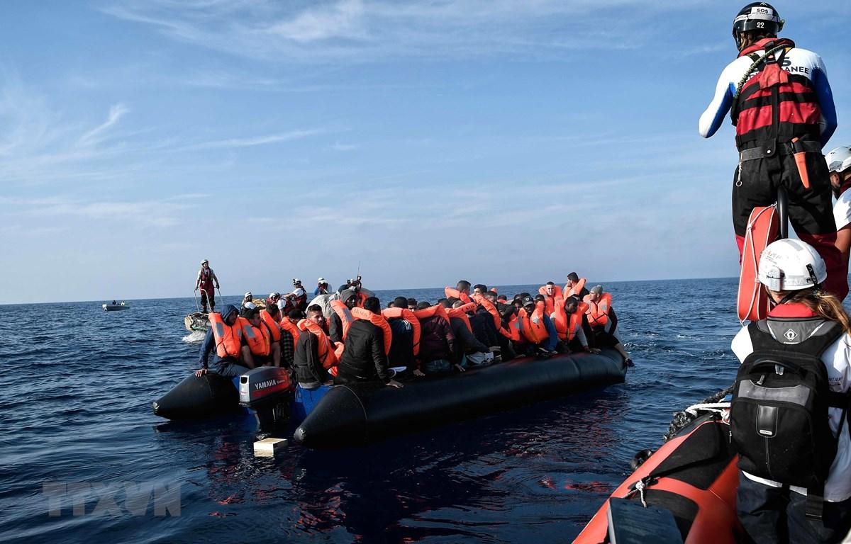 Ảnh tư liệu: Người di cư được cứu trên biển ở ngoài khơi Libya. (Nguồn: AFP/TTXVN)
