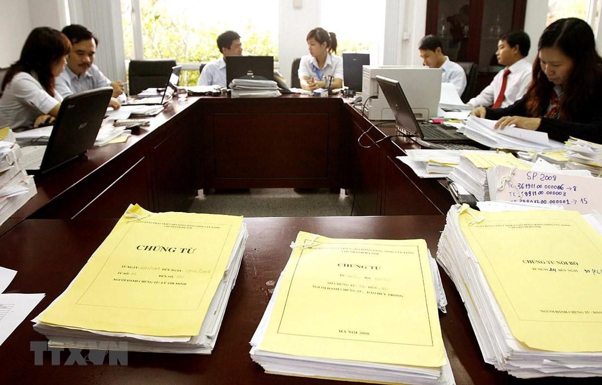 Hoạt động của kiểm toán viên Kiểm toán Nhà nước tại Ngân hàng Phát triển Nhà đồng bằng sông Cửu Long, Chi nhánh Hà Nội. (Ảnh: Phạm Hậu/TTXVN)