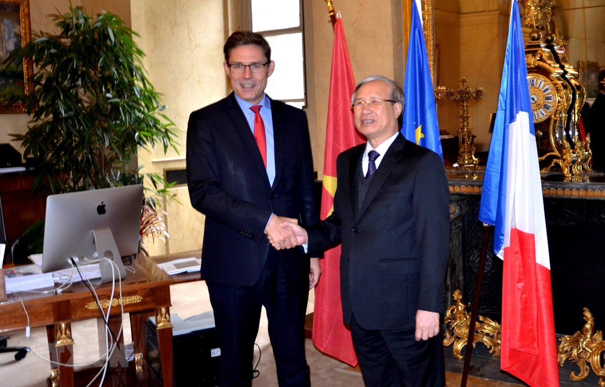 Ông Trần Quốc Vượng, Ủy viên Bộ Chính trị, Thường trực Ban Bí thư hội kiến với Phó Chủ tịch thứ nhất Thượng viện Pháp Phillipe Dallier. (Ảnh: Toàn Trí/TTXVN)
