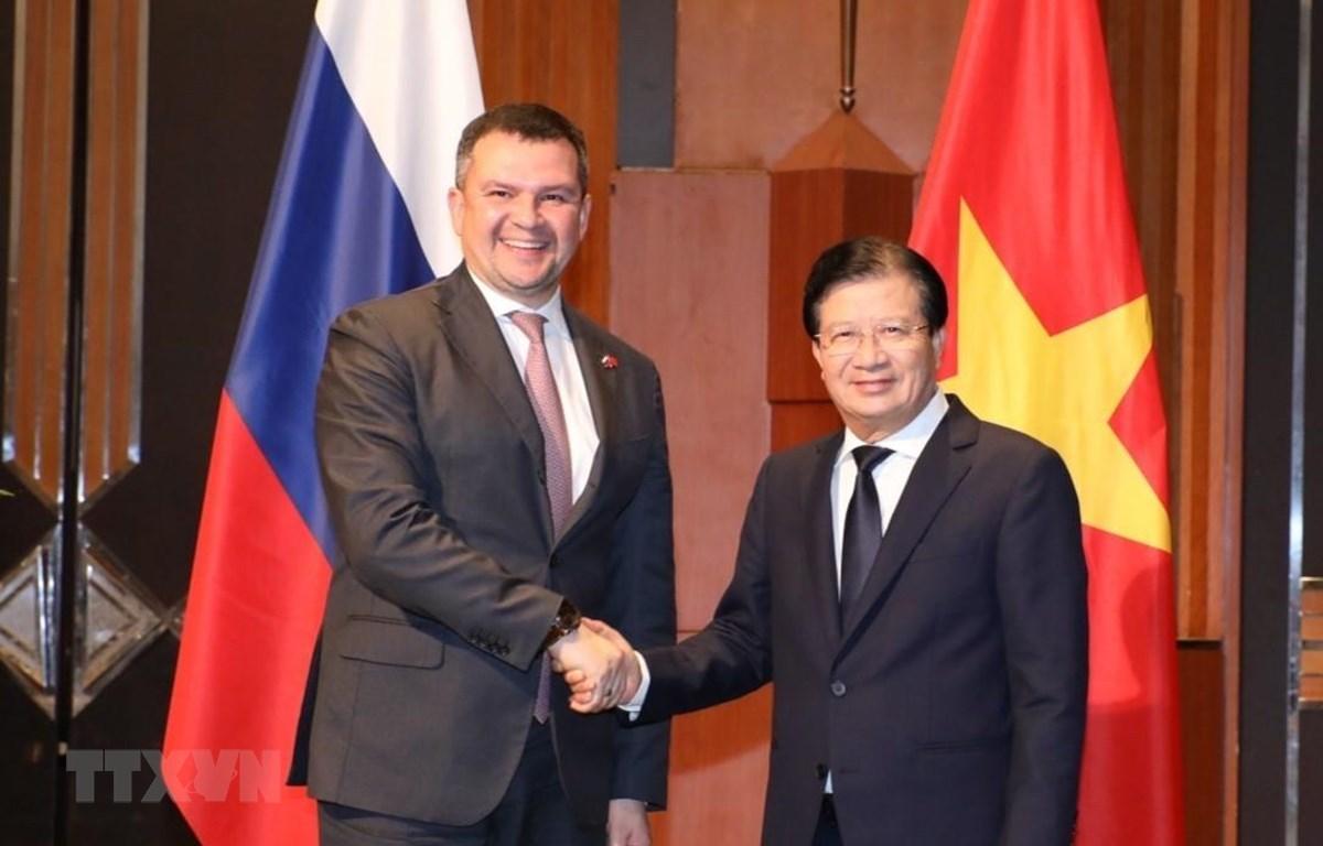 Phó Thủ tướng Trịnh Đình Dũng và Phó Thủ tướng Liên bang Nga Maxim Akimov tại phiên họp. (Ảnh: Văn Điệp/TTXVN)