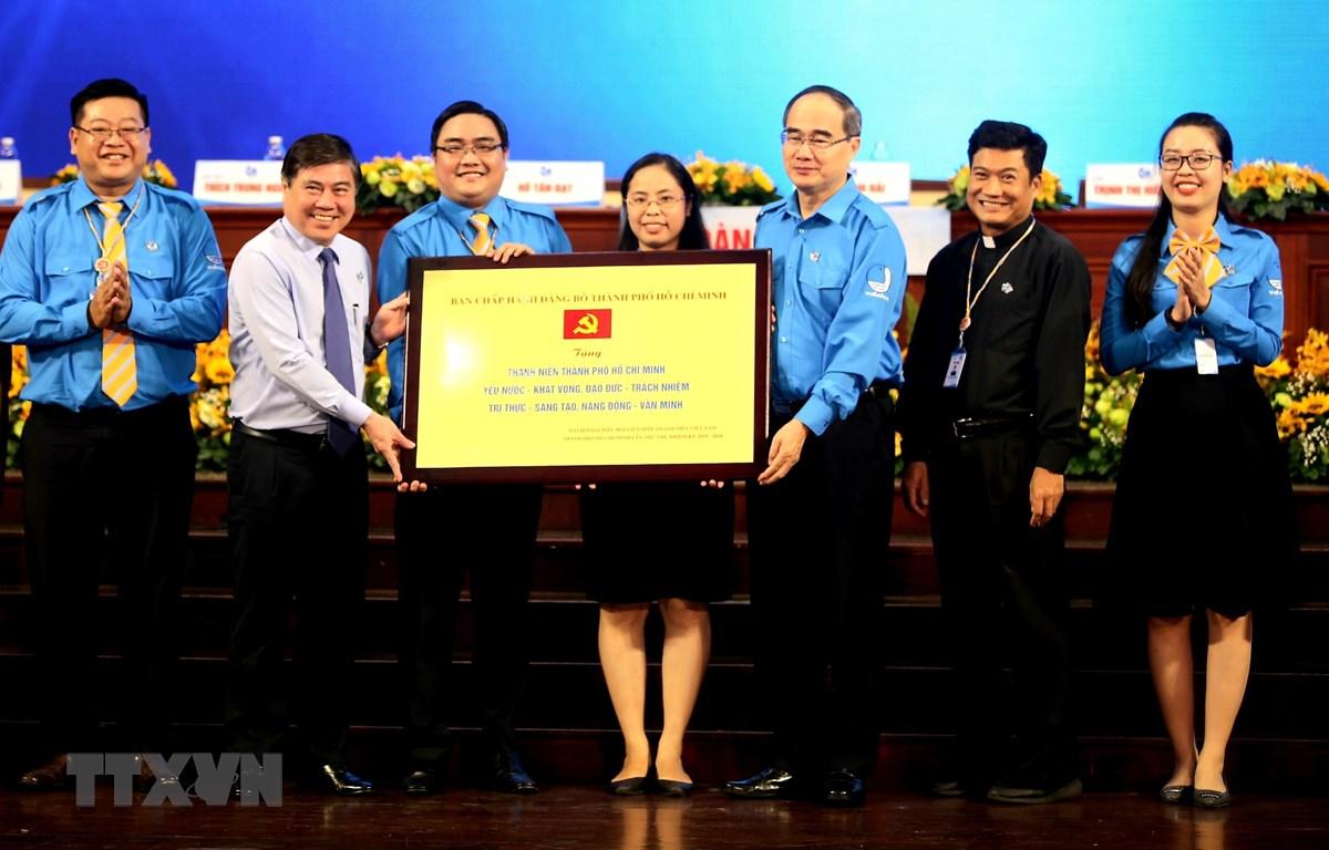 Ban thường vụ Thành ủy Thành phố Hồ Chí Minh trao bảng đồng về các giá trị hình mẫu thanh niên. (Ảnh: Thành Chung/TTXVN)