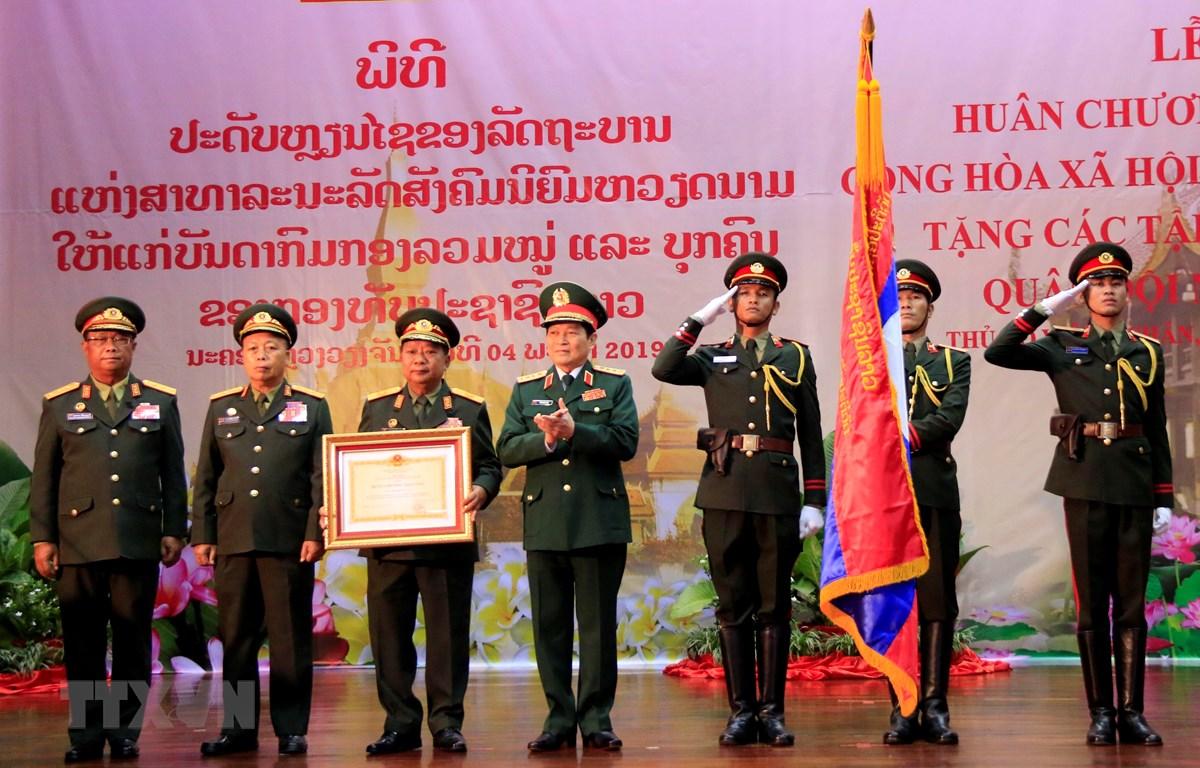 Đại tướng Ngô Xuân Lịch, Bộ trưởng Quốc phòng chụp ảnh chung với Lãnh đạo Bộ Quốc phòng Lào sau khi trao quyết định tặng thưởng Huân chương Sao Vàng của Nhà nước Việt Nam cho Bộ Quốc phòng Lào. (Ảnh: Phạm Kiên/TTXVN)
