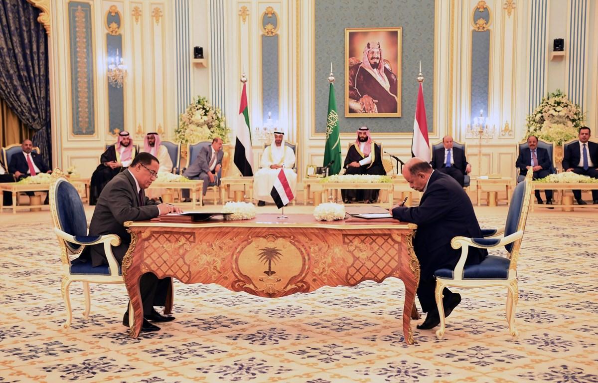 Tổng thống Yemen Abd-Rabbu Mansour Hadi (thứ 3, phải, phía xa) và Thái tử Saudi Arabia Mohammed bin Salman Al Saud (thứ 4, phải, phía xa) chứng kiến lễ ký thỏa thuận chia sẻ quyền lực, tại Riyadh ngày 5/11/2019. (Nguồn: THX/TTXVN)