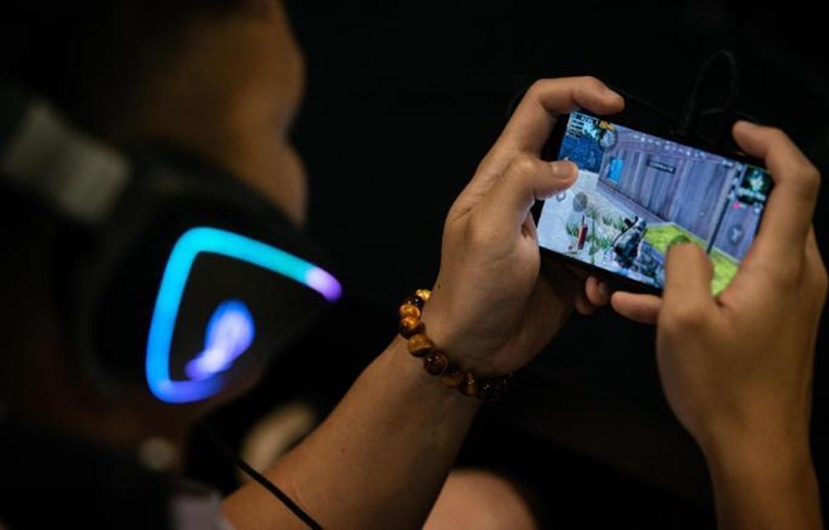 Một người chơi game trực tuyến trên điện thoại di động ở Trung Quốc. (Nguồn: Getty Images)
