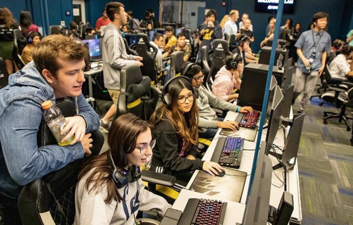 Sinh viên ở Đại học California Berkeley chơi game bên cạnh streamer Twitch Jayden Diaz (áo đen, ngồi bên phải) ở sự kiện Halloween. (Nguồn: CNN)