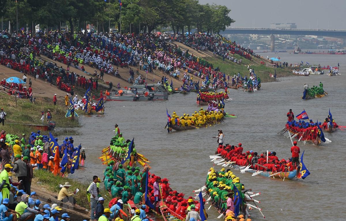 Các đội tham gia cuộc đua thuyền trong Lễ hội Nước 2019 ở Phnom Penh,ngày 10/11. (Nguồn: AFP/TTXVN)