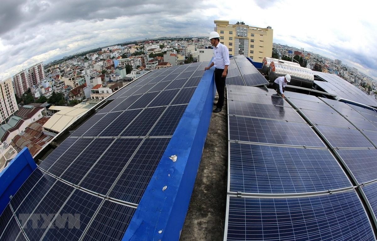 Hệ thống điện Mặt Trời áp mái được lắp đặt trên nóc trụ sở Công ty Điện lực Gò Vấp, Thành phố Hồ Chí Minh. (Ảnh: Ngọc Hà/TTXVN)