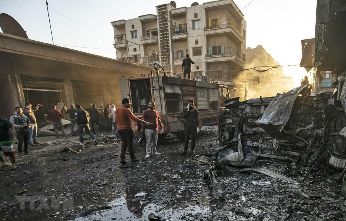 Lực lượng an ninh điều tra tại hiện trường các vụ đánh bom liên hoàn ở thành phố Qamishli tỉnh Hasakah, miền Đông Bắc Syria ngày 11/11/2019. (Nguồn: AFP/TTXVN)