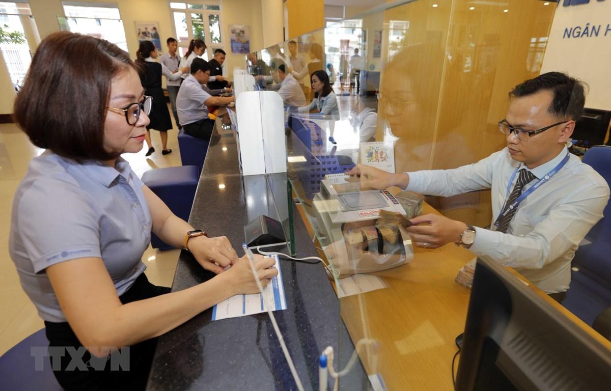 Khách hàng giao dịch tại Ngân hàng Bảo Việt chi nhánh Gia Lai. (Ảnh: Trần Việt/TTXVN)