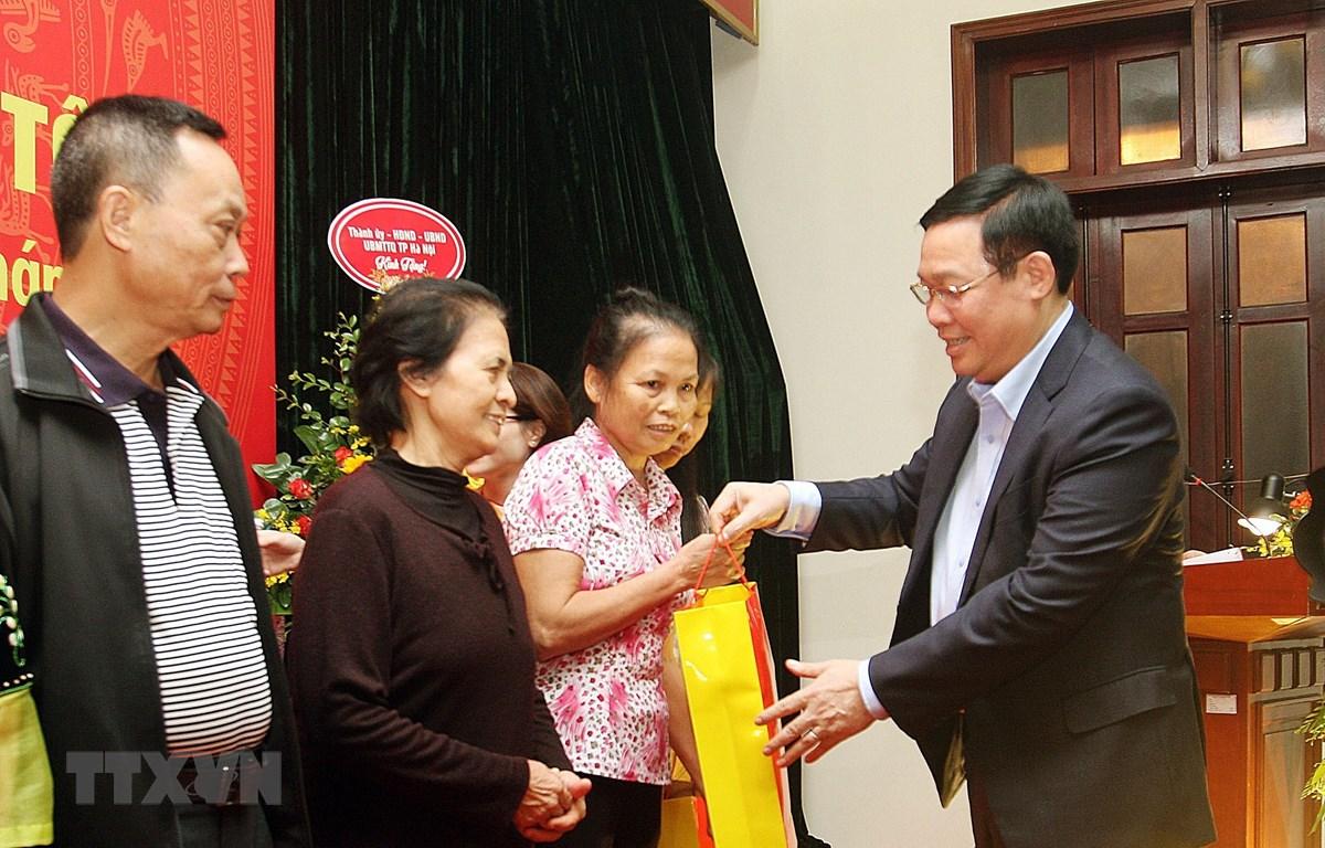 Ủy viên Bộ Chính trị, Phó Thủ tướng Chính phủ Vương Đình Huệ tặng quà cho các gia đình thuộc địa bàn dân cư số 6 và số 9, phường Quán Thánh, quận Ba Đình, Hà Nội. (Ảnh: Nguyễn Dân/TTXVN)