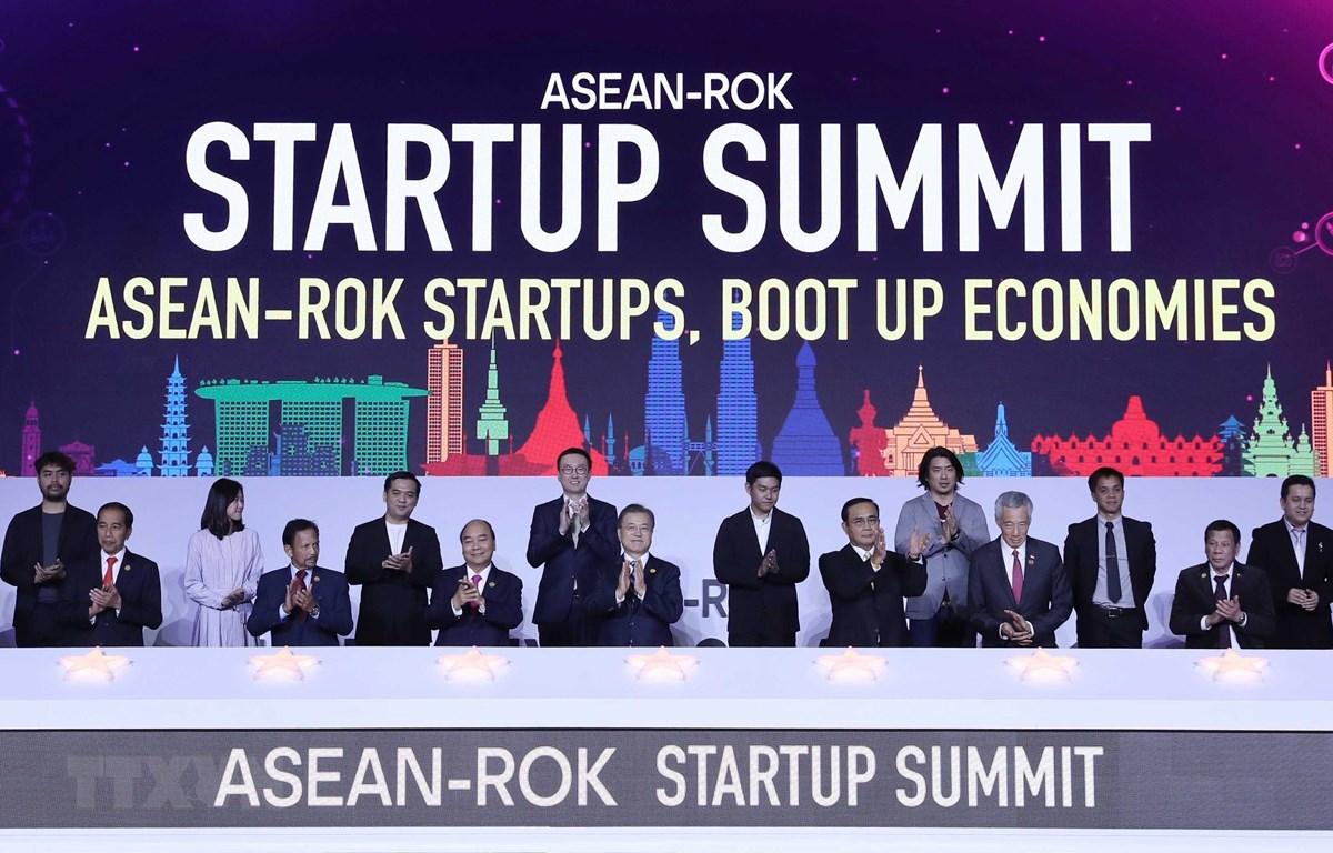 Thủ tướng Nguyễn Xuân Phúc cùng Tổng thống Hàn Quốc Moon Jae-in và các Trưởng đoàn các nước ASEAN chụp ảnh chung với doanh nghiệp trẻ từ các nước ASEAN tại lễ khởi động.(Thống Nhất/TTXVN)