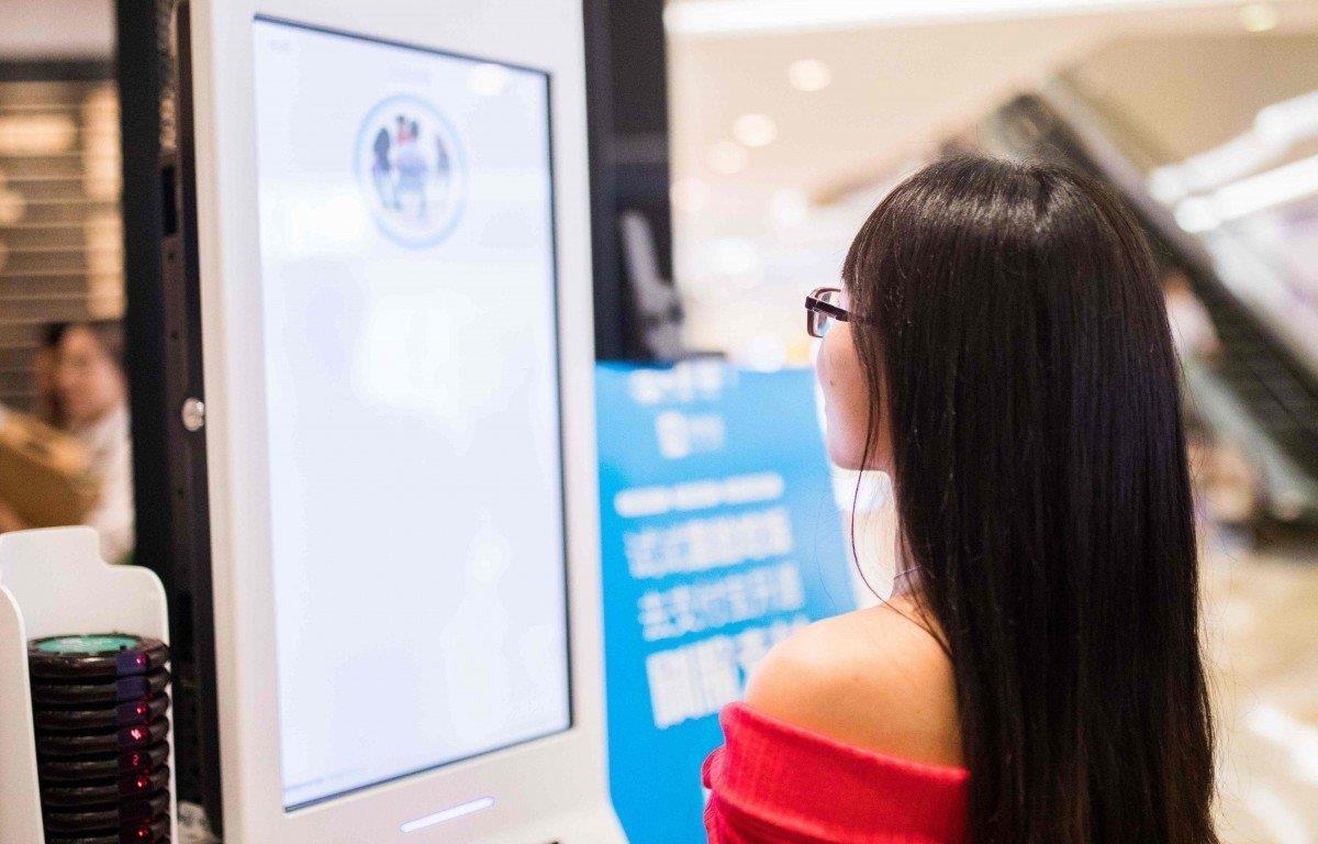 Một khách hàng dùng hệ thống thanh toán nhận dạng khuôn mặt tại của hàng KFC ở Hàng Châu. (Nguồn: AFP)