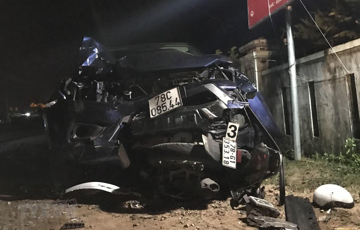 Hiện trường vụ tai nạn chiếc xe con bán tải 78C 085.44 đầu xe bẹp dúm cuốn chiếc xe máy biển số 78G1 353.18 vào gầm. (Ảnh: Phạm Cường/TTXVN)