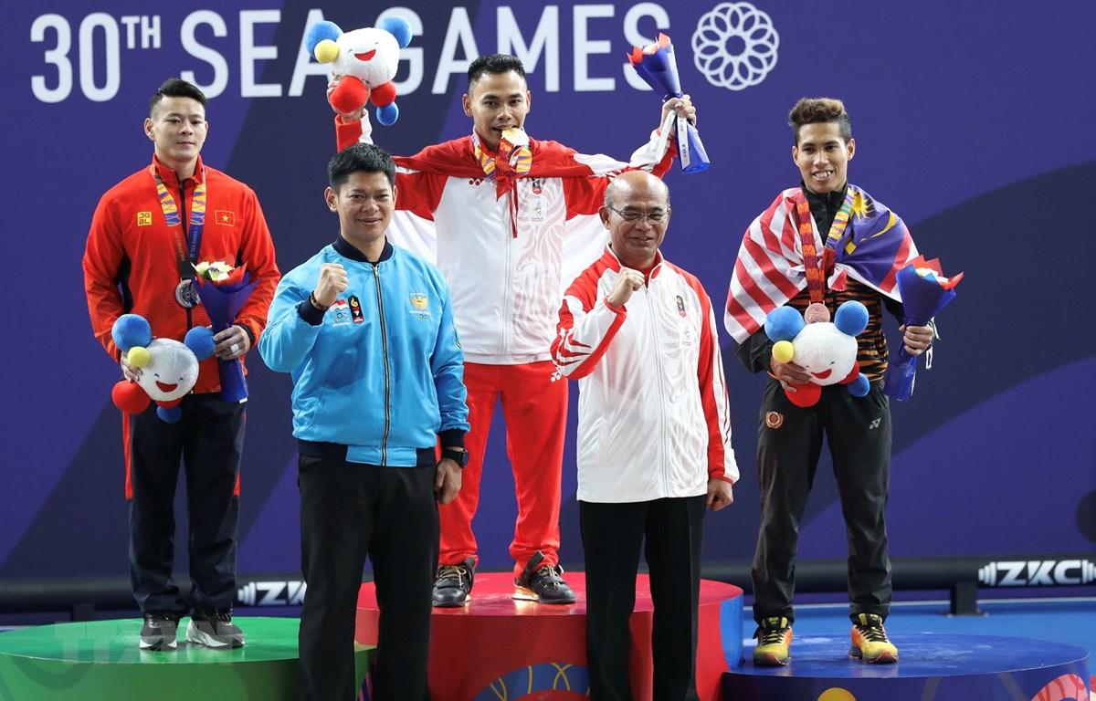 Vận động viên Thạch Kim Tuấn (bên trái) đoạt huy chương bạc. (Ảnh: Hoàng Linh/TTXVN)