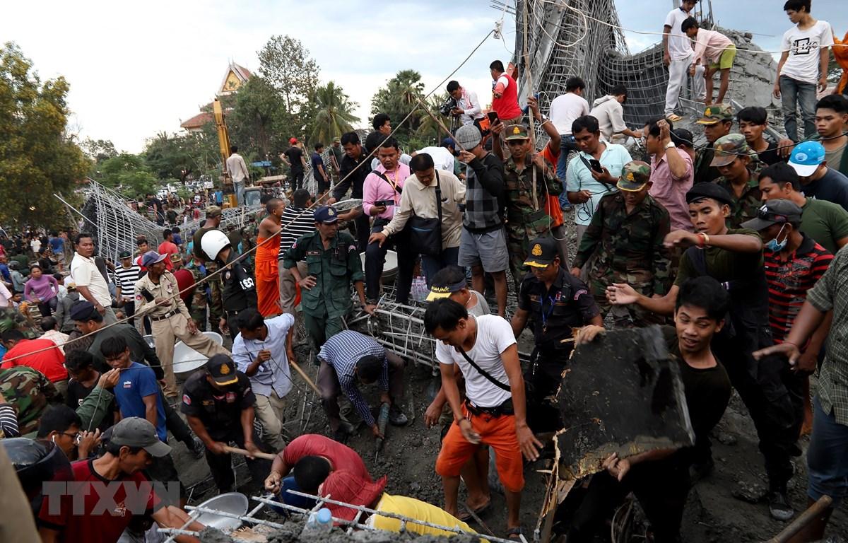 Lực lượng cứu hộ tìm kiếm nạn nhân tại hiện trường vụ sập chùa đang thi công ở Siem Reap, Campuchia, ngày 2/12/2019. (Nguồn: AFP/TTXVN)