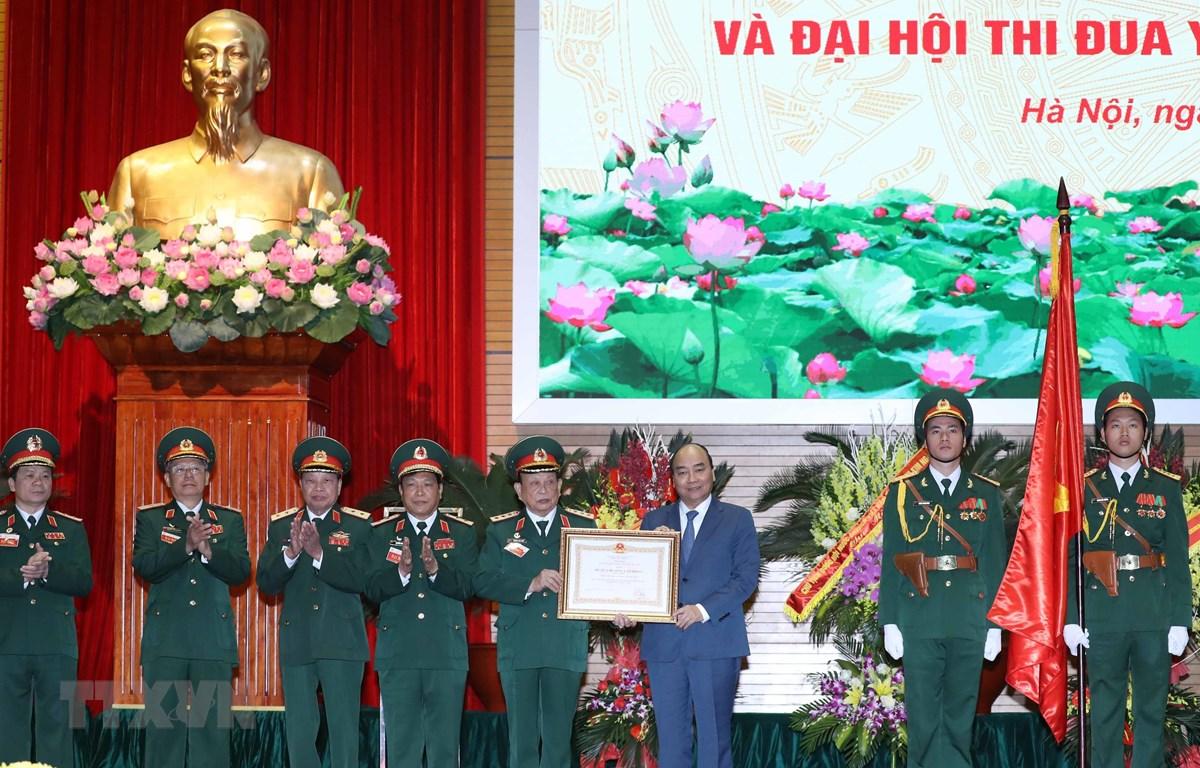 Thủ tướng Nguyễn Xuân Phúc, Chủ tịch Hội đồng thi đua khen thưởng Trung ương trao tặng Huân chương Lao động hạng Nhất cho Hội Cựu chiến binh Việt Nam. (Ảnh: Thống Nhất/TTXVN)