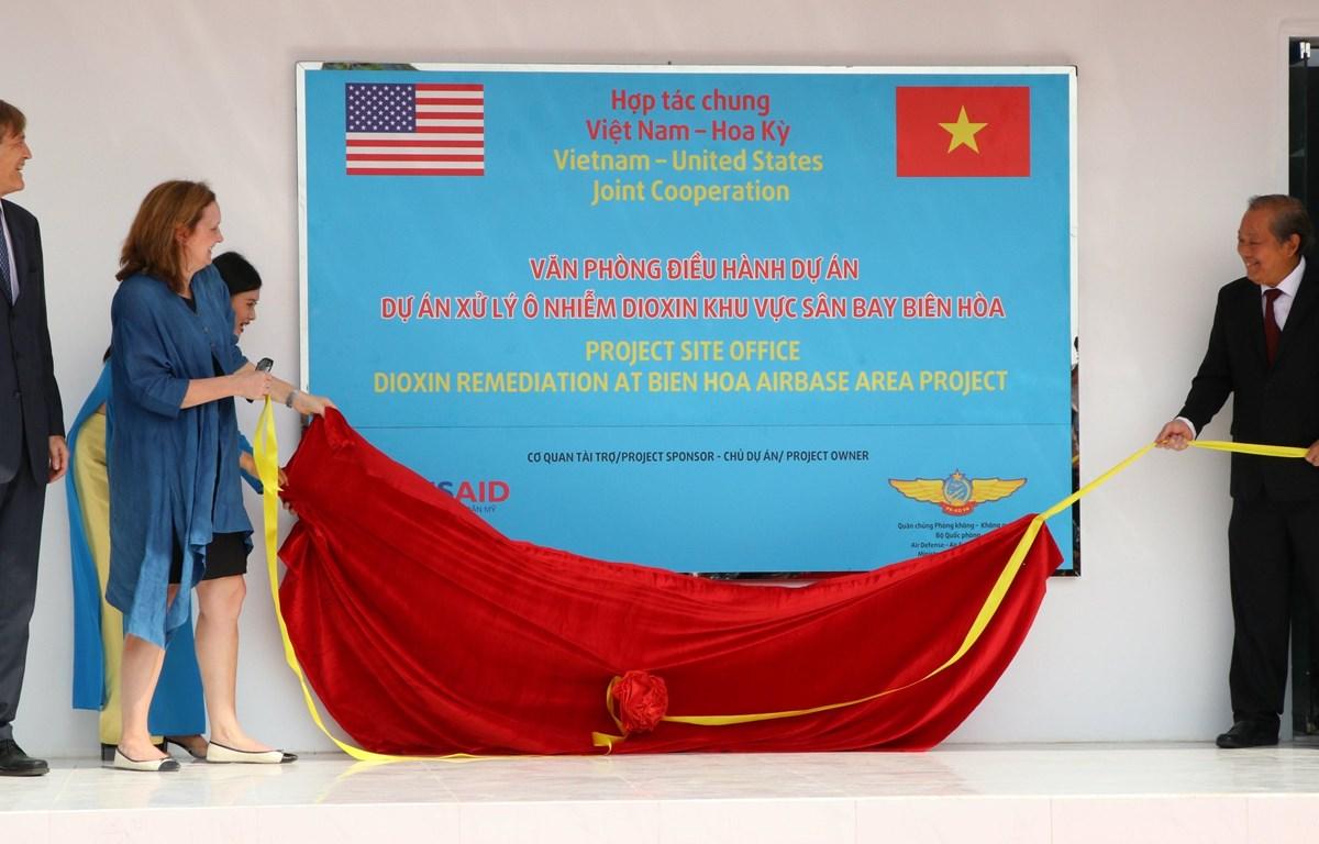 Phó Thủ tướng Thường trực Chính phủ Trương Hoà Bình cùng Phó Đại sứ Hoa Kỳ tại Việt Nam bà Caryn R. McClelland thực hiện nghi thức khai trương khu nhà làm việc của dự án xử lý dioxin sân bay Biên Hòa. (Ảnh: Sỹ Tuyên/TTXVN)
