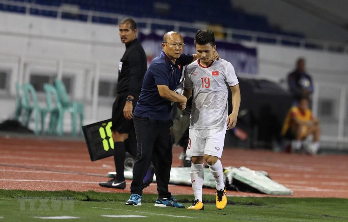 Quang Hải buộc phải ra sân do chấn thương ngay đầu hiệp 1 với U22 Singapore. (Ảnh: Hoàng Linh/TTXVN)