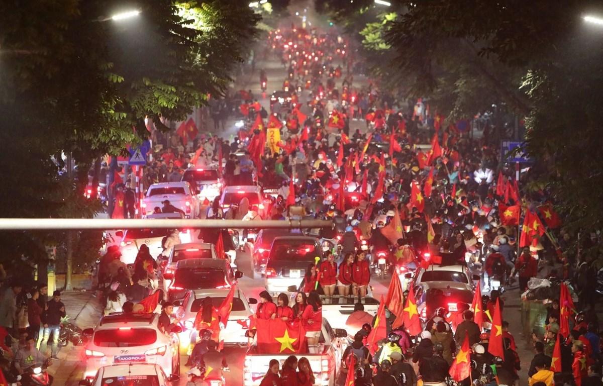 Hàng nghìn cổ động viên Việt Nam đổ ra đường ăn mừng chiến thắng của U22 Việt Nam tại Phố Huế, Hà Nội. (Ảnh: Thành Đạt/TTXVN)