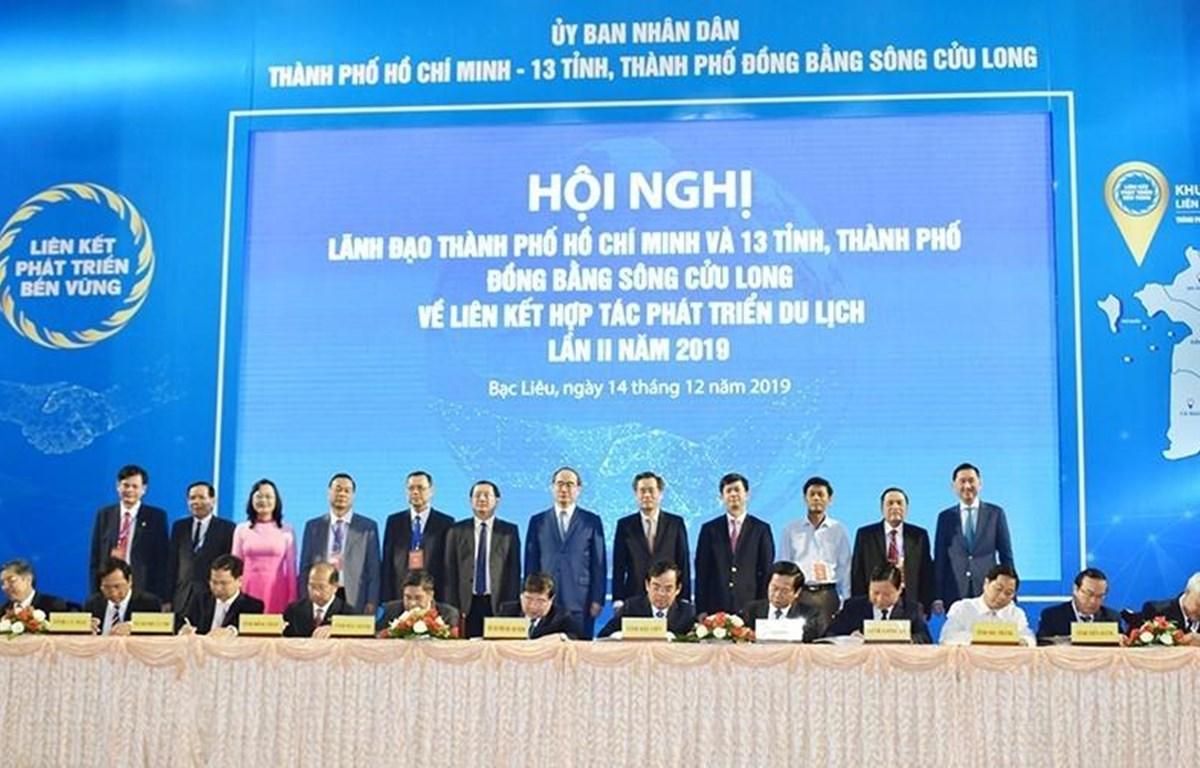 Thành phố Hồ Chí Minh và 13 tỉnh, thành phố Đồng bằng sông Cửu Long ký kết hợp tác phát triển du lịch. (Ảnh: Nhật Bình/TTXVN)