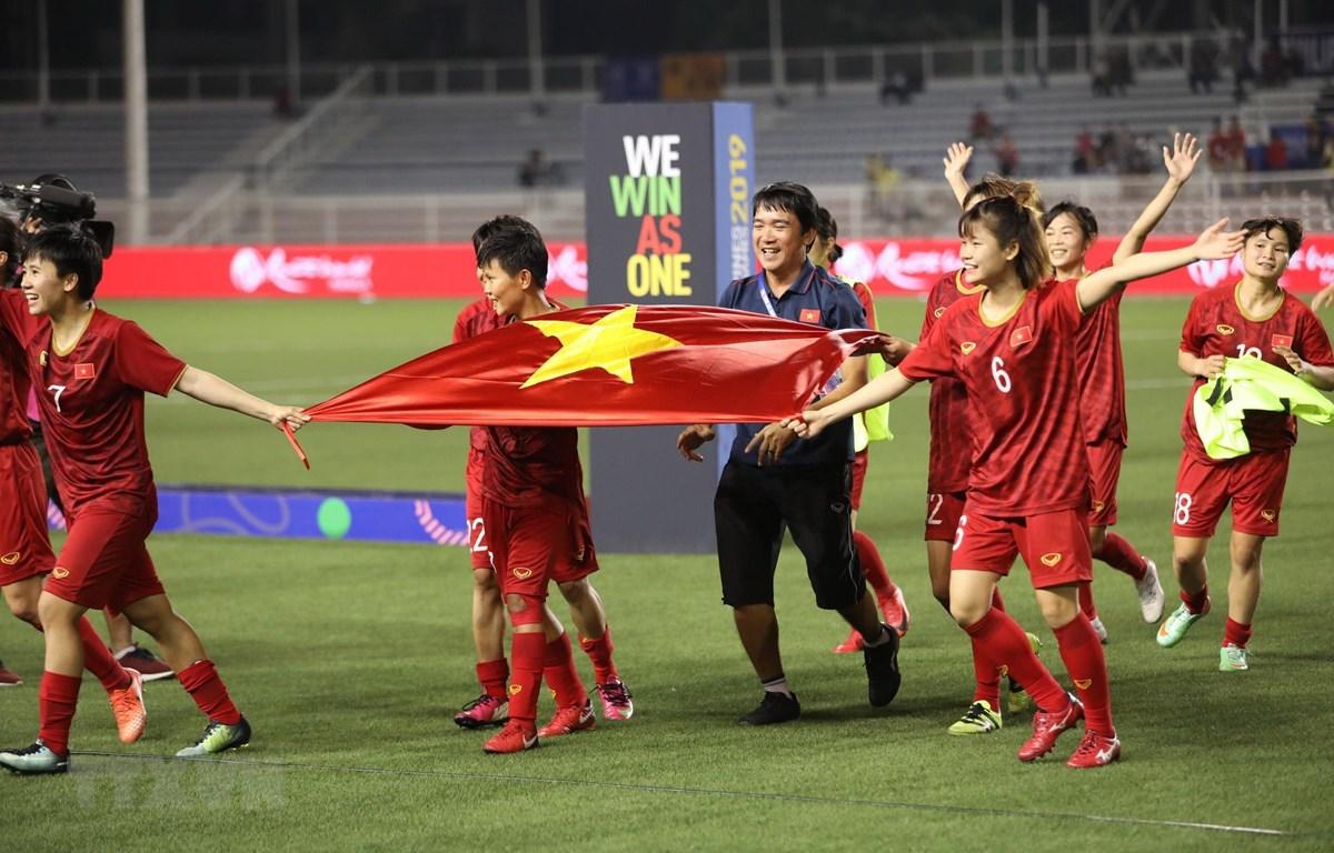 Các nữ tuyển thủ Việt Nam ăn mừng chiến thắng tại SEA Games 30. (Ảnh: Hoàng Linh/TTXVN)
