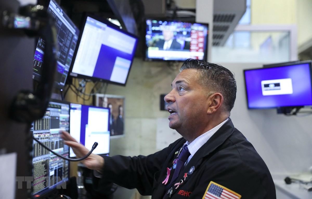 Nhân viên tại sàn giao dịch chứng khoán New York, Mỹ. (Nguồn: THX/TTXVN)
