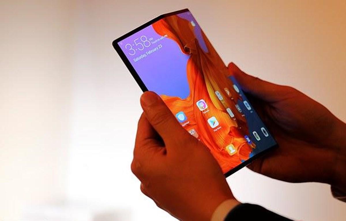 Điện thoại màn hình gập Huawei Mate X. (Nguồn: Reuters)