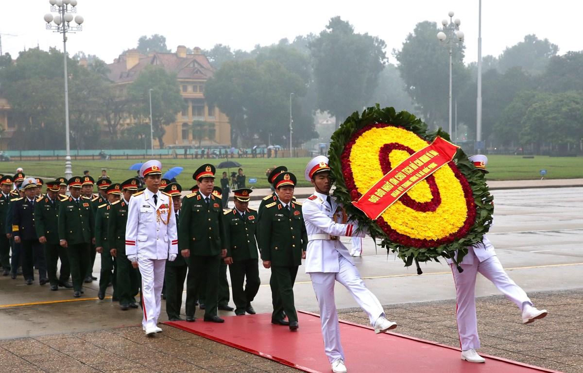 Đoàn đại biểu Quân ủy Trung ương và Bộ Quốc phòng đặt vòng hoa và vào Lăng viếng Chủ tịch Hồ Chí Minh. (Ảnh: Dương Giang/TTXVN)