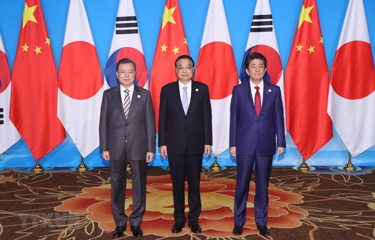 Thủ tướng Trung Quốc Lý Khắc Cường (giữa), Thủ tướng Nhật Bản Shinzo Abe (phải) và Tổng thống Hàn Quốc Moon Jae-in trong cuộc hội đàm ba bên tại Thành Đô, Trung Quốc, ngày 24/12. (Nguồn: Yonhap/ TTXVN)