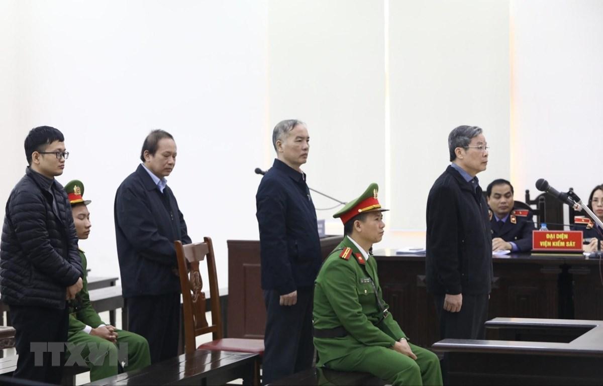 Các bị cáo nghe tòa tuyên án. (Ảnh: Văn Điệp/TTXVN)