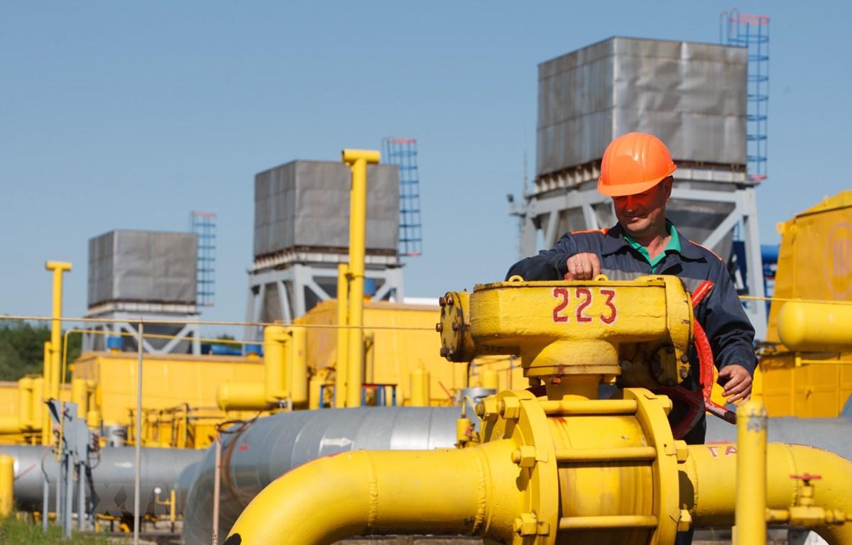 Ảnh tư liệu: Công nhân làm việc tại cơ sở dự trữ khí đốt Bilche-Volytsko-Uherske ở gần làng Bilche, khu vực Lviv, Ukraine. (Nguồn: AFP/ TTXVN)