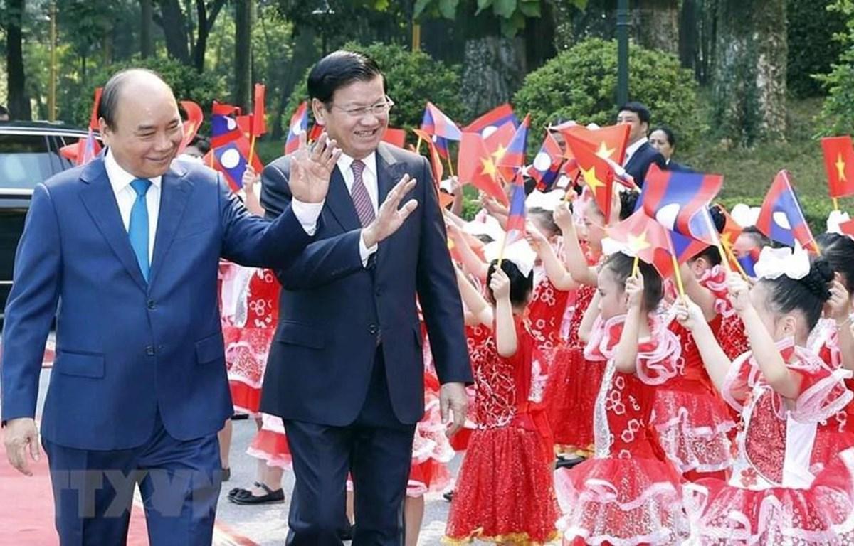 Thủ tướng Chính phủ Nguyễn Xuân Phúc và Thủ tướng Chính phủ nước Cộng hòa Dân chủ Nhân dân Lào Thongloun Sisoulith. (Nguồn: TTXVN)