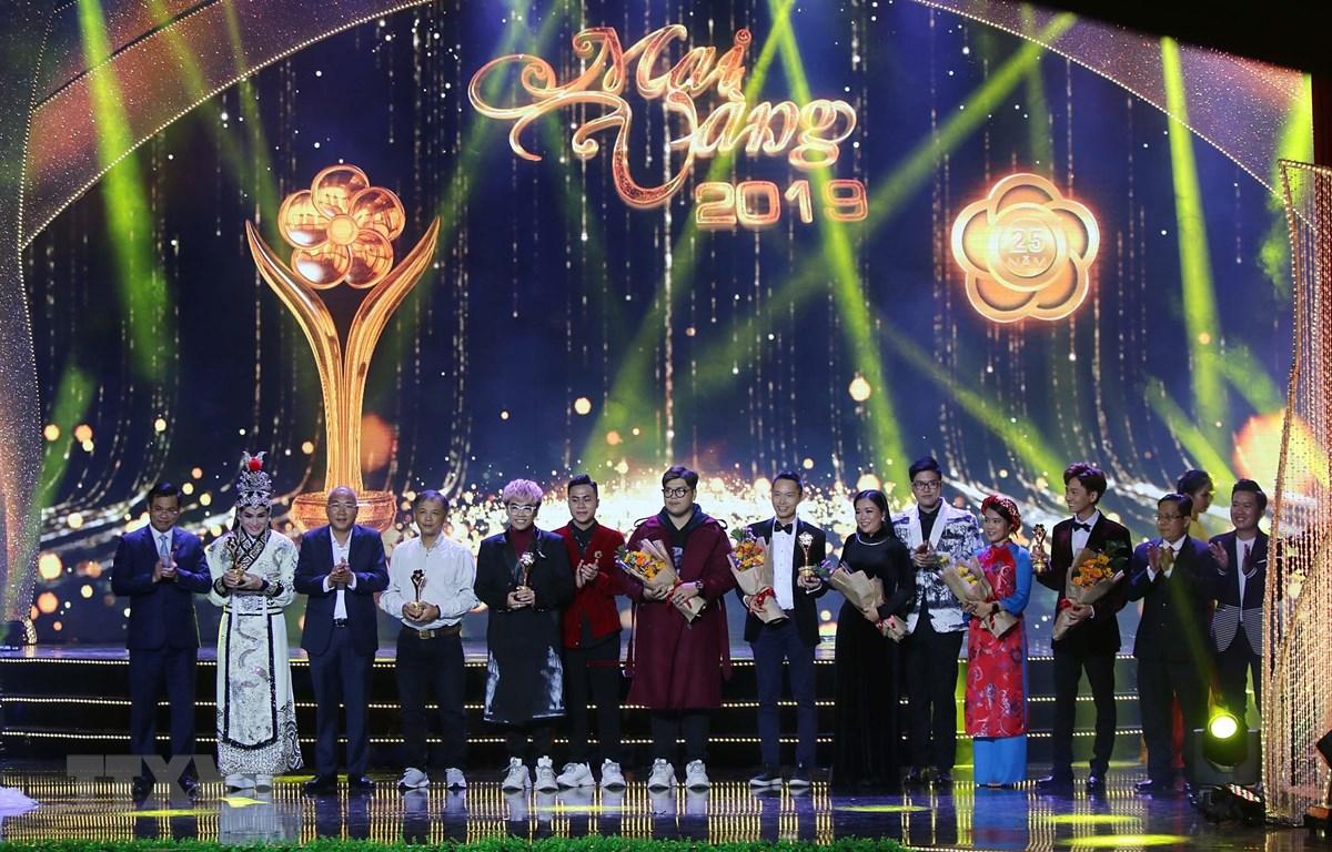 Đại diện Ban tổ chức trao giải thưởng Mai Vàng 2019 ở hạng mục tác phẩm và chương trình truyền hình. (Ảnh: Thanh Vũ/TTXVN)