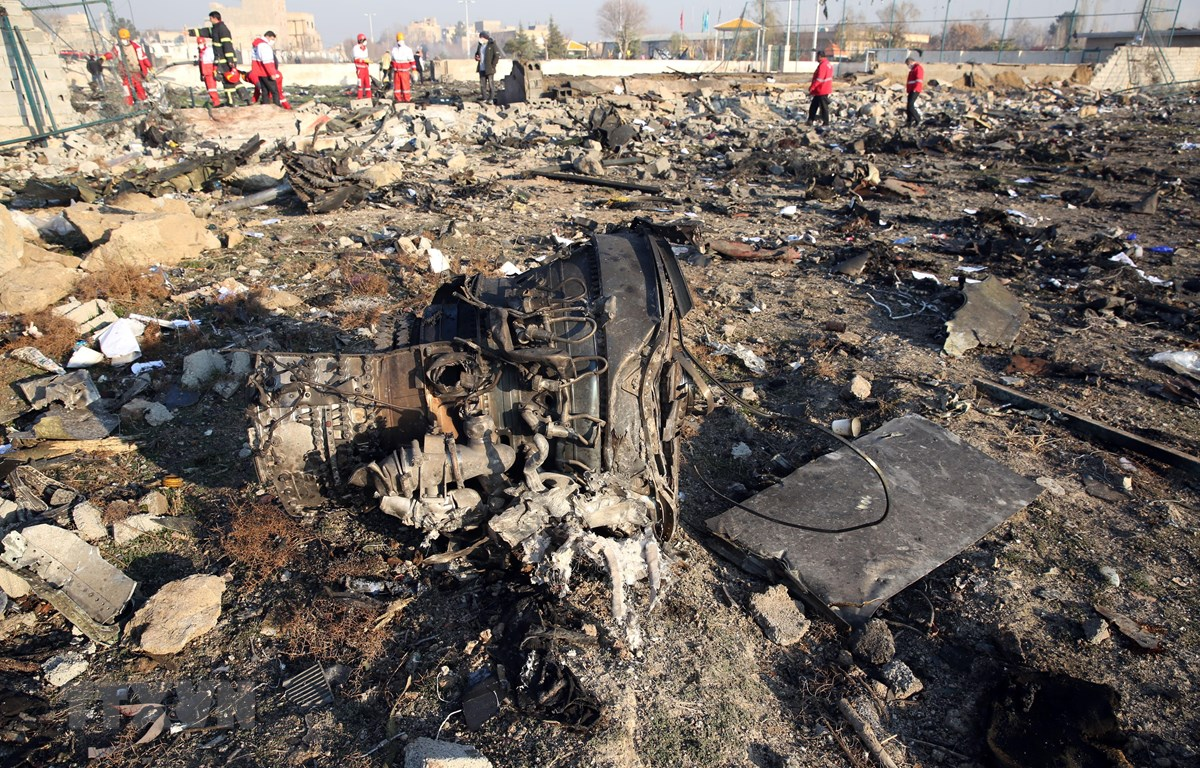 Hiện trường máy bay Boeing 737-800 của Hãng hàng không quốc tế Ukraine rơi gần sân bay Imam Khomeini ở Tehran, Iran ngày 8/1/2020. (Nguồn: AFP/TTXVN)