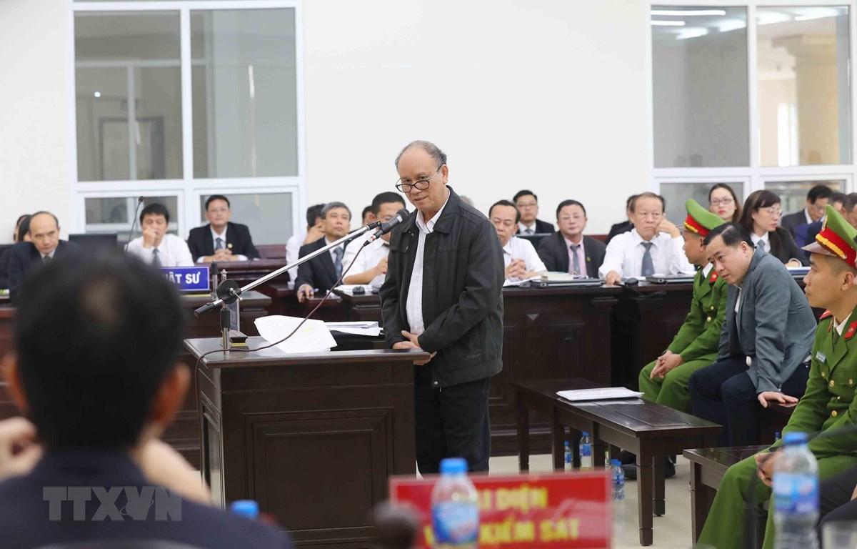 Bị cáo Trần Văn Minh (nguyên Chủ tịch Ủy ban Nhân dân thành phố Đà Nẵng, giai đoạn từ năm 2006-2011) tự bào chữa trước Hội đồng xét xử. (Ảnh: Doãn Tấn/TTXVN)