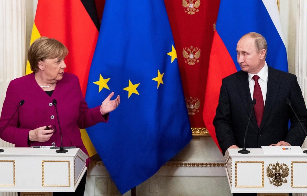 Tổng thống Nga Vladimir Putin (phải) và Thủ tướng Đức Angela Merkel (trái) tại cuộc họp báo chung ở Moskva,Nga, ngày 11/1. (Nguồn: AFP/TTXVN)