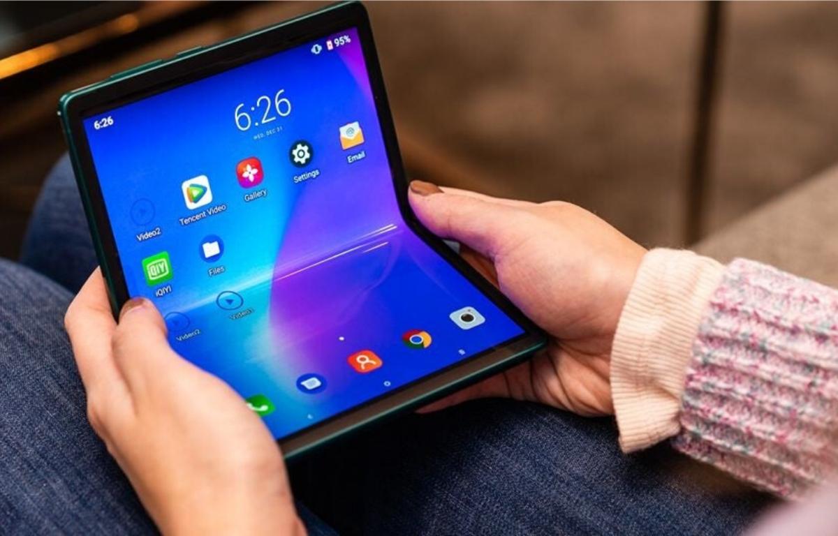 Nguyên mẫu điện thoại màn hình gập của TCL ở CES 2020.