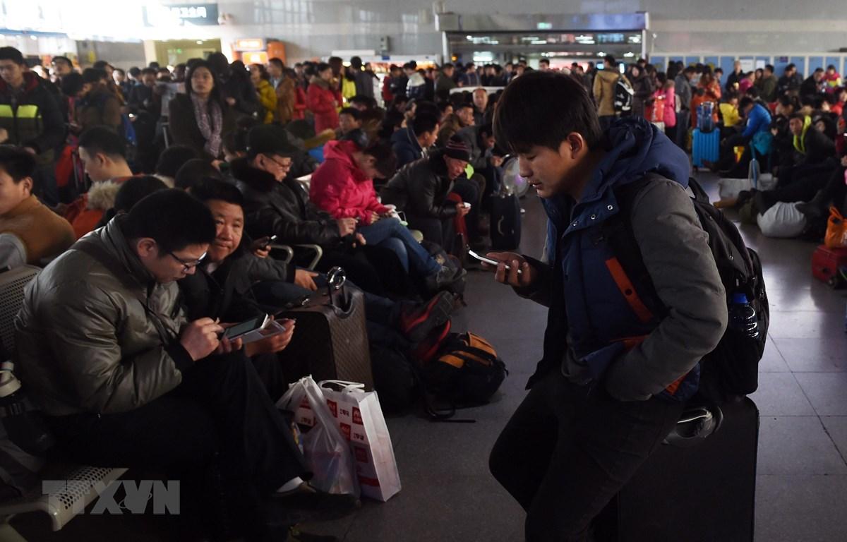 Hành khách chờ tàu về quê đón Tết Nguyên đán tại nhà ga ở Bắc Kinh, Trung Quốc. (Nguồn: AFP/ TTXVN)